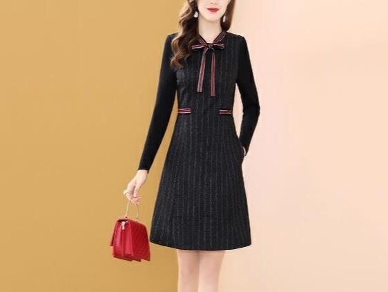 条纹黑色小香风连衣裙