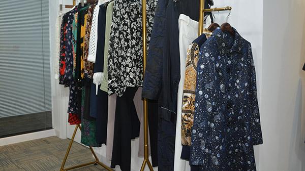 如何选择合适自己的恒优服饰碎花连衣裙?