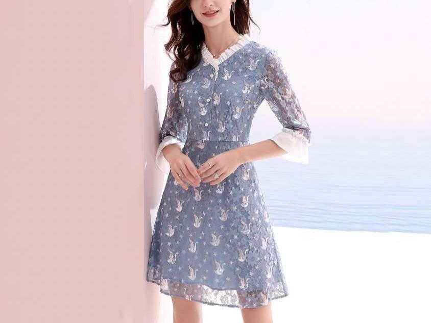 喇叭袖印花蕾丝连衣裙
