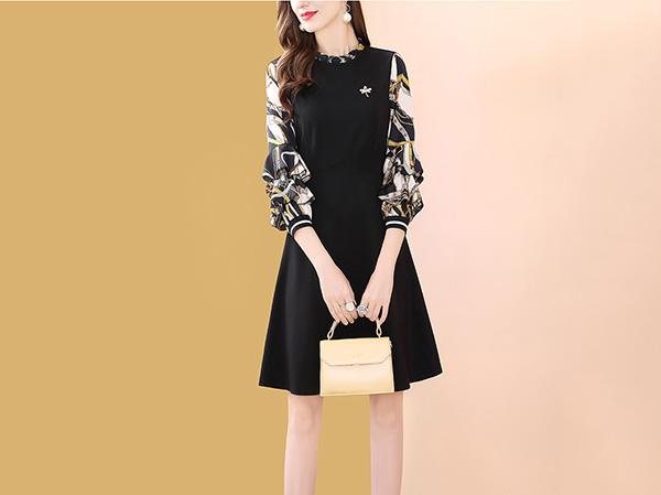 黑色袖子印花连衣裙